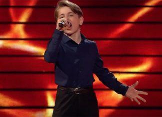 мальчик поёт